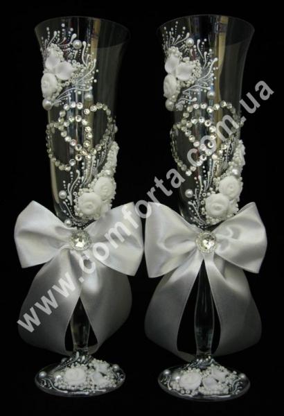 свадебные бокалы с атласными бантами и кристальными сердцами, высота - 25 см, диаметр - 7 см